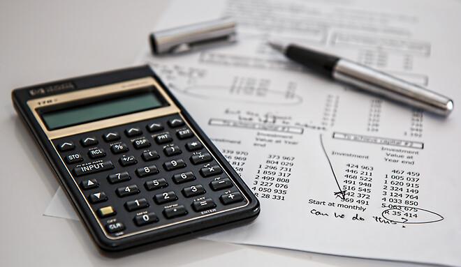 Synes du, det kan være svært helt at gennemskue, hvordan du bedst udfører dine regnskabsopgaver, så alt passer i forhold til skat, indkomst og udgifter?