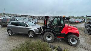Hammershøj Autoophug har investeret i en terrængående Manitou M50-4 truck. Den håndterer de mange biler på hele den cirka fire hektar store plads i åbent terræn.