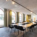 Den gröna, liberala tankesmedjan Fores bygger broar mellan politik, forskning och näringsliv i Sverige. Gästerna på kontoret i Stockholm upplever hållbara element från golv till tak – och god akustik. Designlösningar från Troldtekt spelar en central roll i inredningen