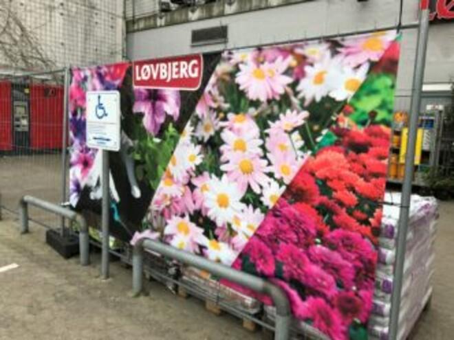 Facadebanner hos Løvbjerg med billeder af blomster af forskellig sort
