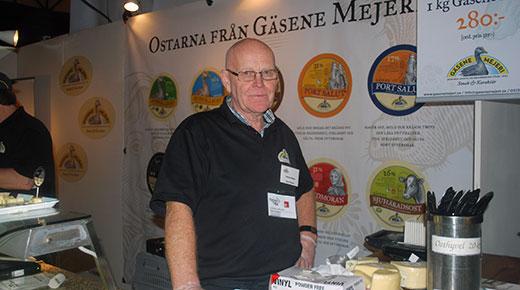 Yngve Johansson på Gäsene Mejeri visar stolt upp sina goda ostar.