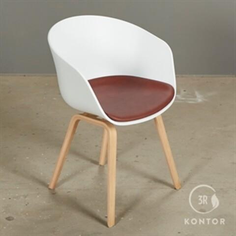 Hay about a chair. hvid med rødt læder sæde.