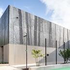 Fotografiet er afbilledet i dets helhed på facaden på det store sportskompleks