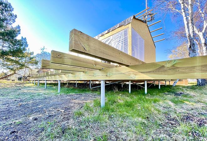 Skruefundamenterne hæver sommerhuset over terræn