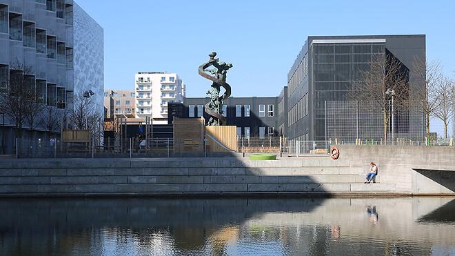 Danmarks første svanemærkede skole i Danmark er kendetegnet ved et særligt godt indeklima, da Svanemærket bl.a. stiller krav til ventilation, fugtsikring og afgasning af skadelig kemi.