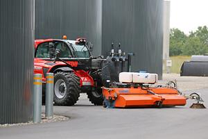 Scantruck leverede også Tuchel-fejemaskinen, der spændes i front på landbrugsteleskoplæsseren fra Manitous MLT-serie.