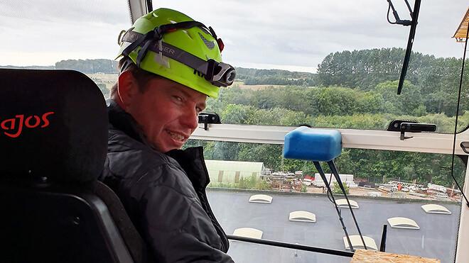 Sektionsleder for hejs Thomas L. Madsen nyder udsigten under arbejdet oppe i pladskranen på Ajos' matrikel i Vejle.