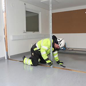 Produktionstekniker i Ajos, Lasse Nørreskov Nielsen forbereder, at skurmodulerne kan samlet til ét rum. Ajos specialister sikrer den korrekte sammenkobling af skurvognene og efterisolerer samlingerne.