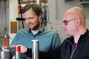 – AP&T underhåller och bygger om både egentillverkade pressverktyg och verktyg av andra fabrikat, berättar Ulf Andersson, eftermarknadsansvarig för Tooling inom AP&T (till höger i bild). Här tillsammans med Johan Melander, produktchef på samma avdelning.