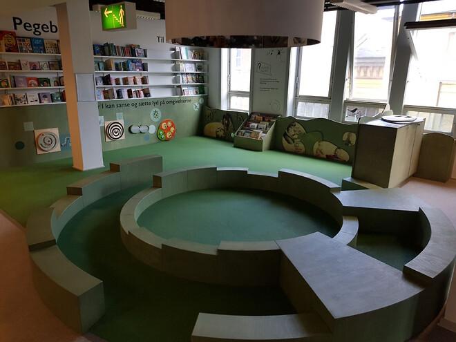 Københavns Hovedbibliotek med ny flot gummibelægning. Pladsstøbt gummi af PolyPlay og EPDM-Gummi.\nLavet af ErgoFloor