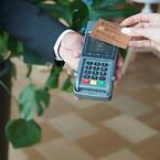 Med ett kreditkort av trä blir det bokstavligt talat hållbara affärer eftersom kortet både är biologiskt nedbrytbart och koldioxidbesparande.