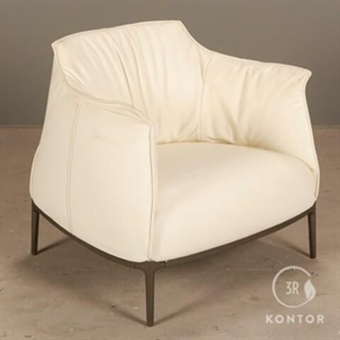 Poltrona frau archibald loungestol i hvid læder.