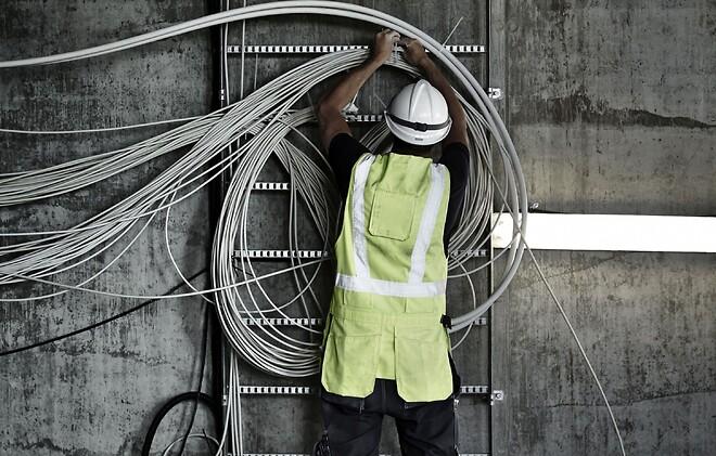 Nyt let og anvendeligt installationskabel til danske el-folk. Danske elinstallatører og elektrikere foretrækker at bruge installationskabler, der er godkendt til en driftstemperatur på 90°C. Det har fået den finske kabelproducent Reka til at opgradere sit miljø- og genbrugsvenlige letvægtskabel, så det lever op til de danske brugeres forventninger. Stål- og teknikgrossisten Lemvigh-Müller er den eneste danske grossist, der lagerfører Rekas nye kabeltype, der har fået navnet EXQ 90 Lite. EXQ 90 Lite fås i de mest anvendte dimensioner til el-installationer i boliger samt lette landsbrugs- og industriinstallationer. Den nye kabeltype kan anvendes indendørs og udendørs i tørre eller fugtige omgivelser. RXQ 90 Lite må indmures og indstøbes, dog ikke i vibreret beton. Lederisolationen er ikke egnet til direkte lyseksponering. Det er meget let af afisolere, halogenfrit og udvikler røg med lav tæthed og korrosivitet ved brand.