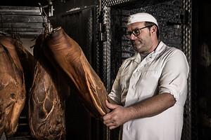 Strikt kvalitetskontroll: Henning Basedahl kontrollerar personligen varje enskild skinka