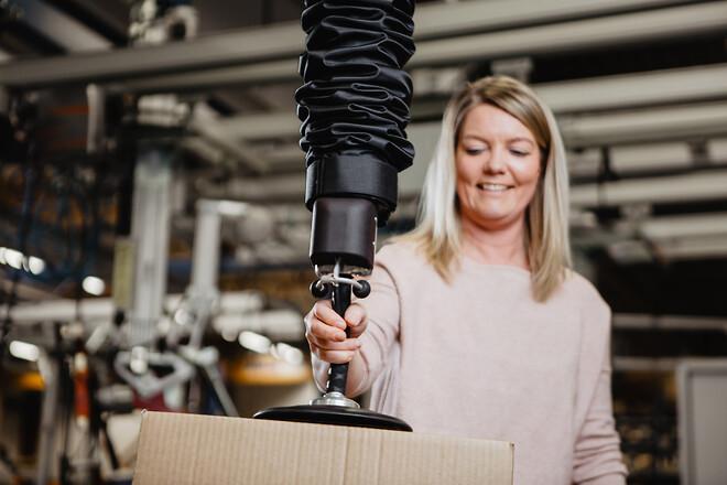 Bekväm vakuumlyftare för lyft av kartonger - skivor - säckar - Movomech Easyhand Pro ger en ergonomisk och effektiv materialhantering för lager och industri
