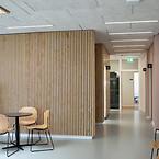 Hvidovre Hälsocenter, Troldtekt akustik. Hälsoframjande arkitektur.