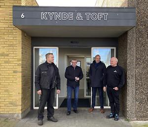 Kynde & Toft har den lokale forankring i det nye samarbejde med Blue Water i Thyborøn. Her ses Bjarke Troelberg Vinther (Kynde & Toft), Søren Stougaard (Blue Water), Per Jensen (Blue Water) samt Niels Vinther Jensen (Kynde & Toft).