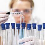 bioanalytiker arbejder med kemikalier i reagensglas