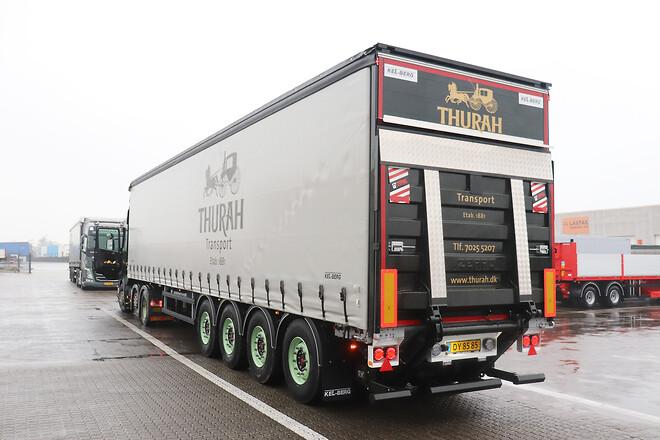 Thurah Transport A/S med ny Kel-Berg\n4 aks. maxi flexi gardintrailer fra Lastas