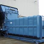 Vid återvinningsstationen Højelt på Bøgebjergvej i Græsted i Gribskovs kommun på norra Själland i Danmark står en 29 ton tung komprimator från Varig Teknik & Miljö