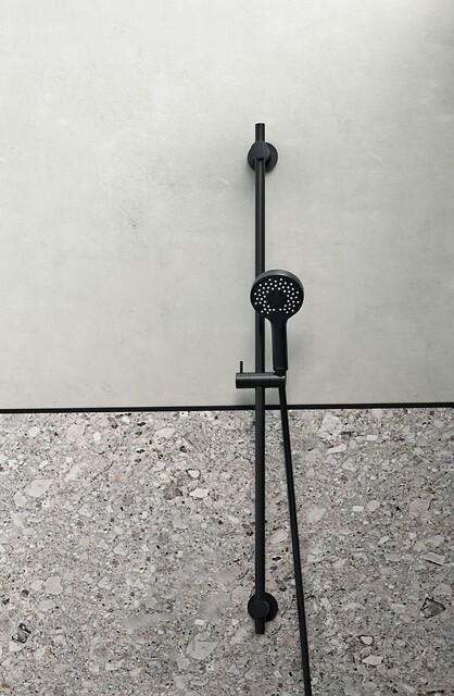 Silhouet Brusesæt Flex i matsort - Ny fleksibel og æstetisk bruseløsning til de små badeværelser