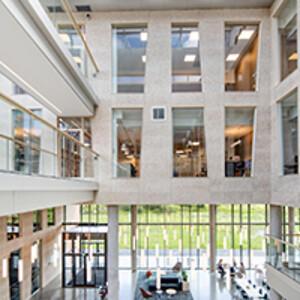 Lund+Slaatto Arkitekters har ritat en hållbar byggnad av hög kvalitet med lågt koldioxidavtryck. Tak och flera väggar är klädda med Troldtekt vilket skapar en lugn miljö. Byggnaden i Stavanger är BREEAM Excellent-certifierad. ©Sindre Ellingsen.