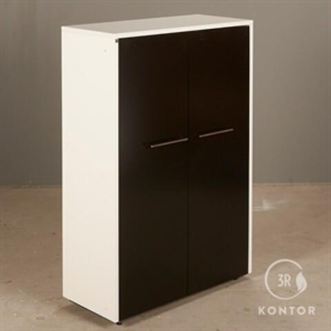 Kontorskab. dencon. hvid laminat med 2 store sorte låger.