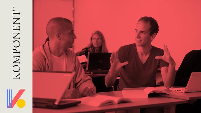 To voksne studerende snakker sammen