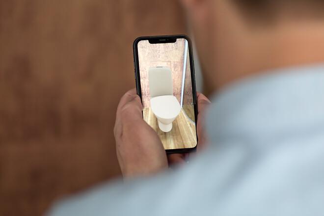 Hvordan vil et Ifö-toilet se ud på dit nye badeværelse? Den nye AR-funktion viser i 3D, hvordan badeværelset vil se ud med de nye elementer.