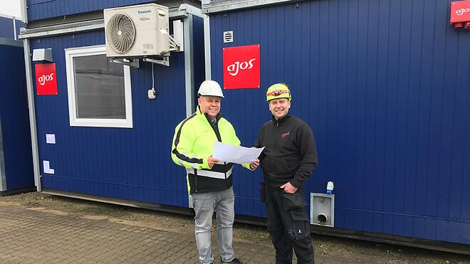 Afdelingschef for skure, Johnny Bak Pedersen (tv.) og produktionstekniker Ricco Falk Iversen på Ajos plads i Vejle, hvor de er ved at planlægge logistikken på et kommende projekt.
