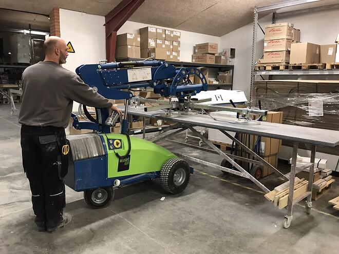 Winlet 600 vakuumløfter løfter og hånterer nemt store bordplader på 280 kg. hos KUMA i Gadbjerg.
