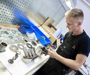 Vi reparerar och servar hydraulpumpar, cylindrar och motorer i våra egna verkstäder