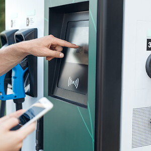 Betalautomat med laddstople för el, med ett lås för elskåpet och ett bluethooth lås för betalning i laddstationen.