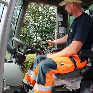 Søren Dahse indstiller afretningen med et styringsmodul med en lille skærm i kabinen på Weycor AR420-gummihjulslæsseren.