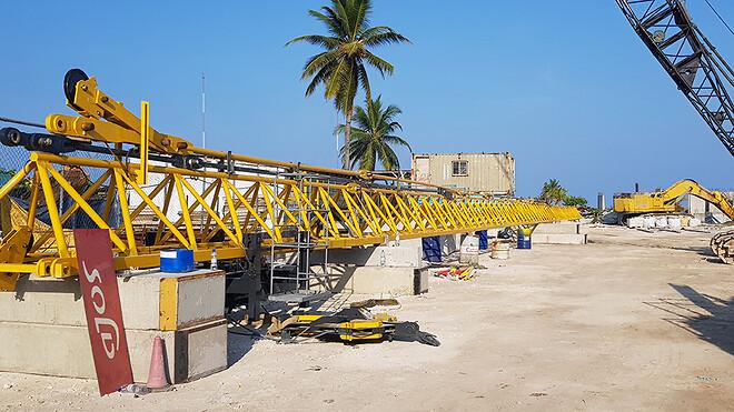 På Maldiverne ligger flere af tårnkranens mastestykker parat til at blive efterset inden kranen opsættes.