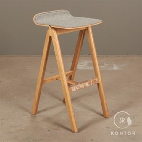 Hay cph barstol med ryg. olieret eg, gråt polster.