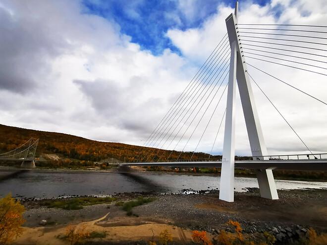 Trafiken är i gång över nya Tana bro, som på kort tid blivit något av ett landmärke längs med E6 i nordöstra Norge.