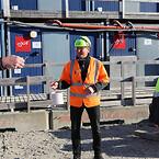 Tømrer Jens Erik Kruse, driftschef Flemming Madsen (i midten) og byggeleder Sune Waage Hansen foran skurbyen som Ajos har etableret og drifter.