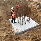 Højden, vægten fra projektørerne og vindpåvirkningen, stiller store krav til fundamenterne.\nHver lysmast er forankeret i et fundament der indeholder 3 m3 beton.