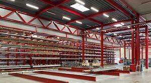 Efter et stort byggeprojekt i hele 2019 står der nu 3 nye flotte lagerhaller klar hos INOX i Ry. Dermed har virksomheden udvidet sin lagerkapacitet med 3000 nye m2 og får i alt 11.000 m2 lagerplads.