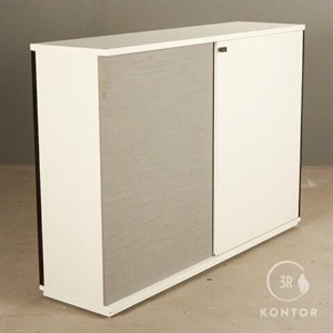 Kontorskab. hvid laminat. skydelåge på hver side. grå polster.