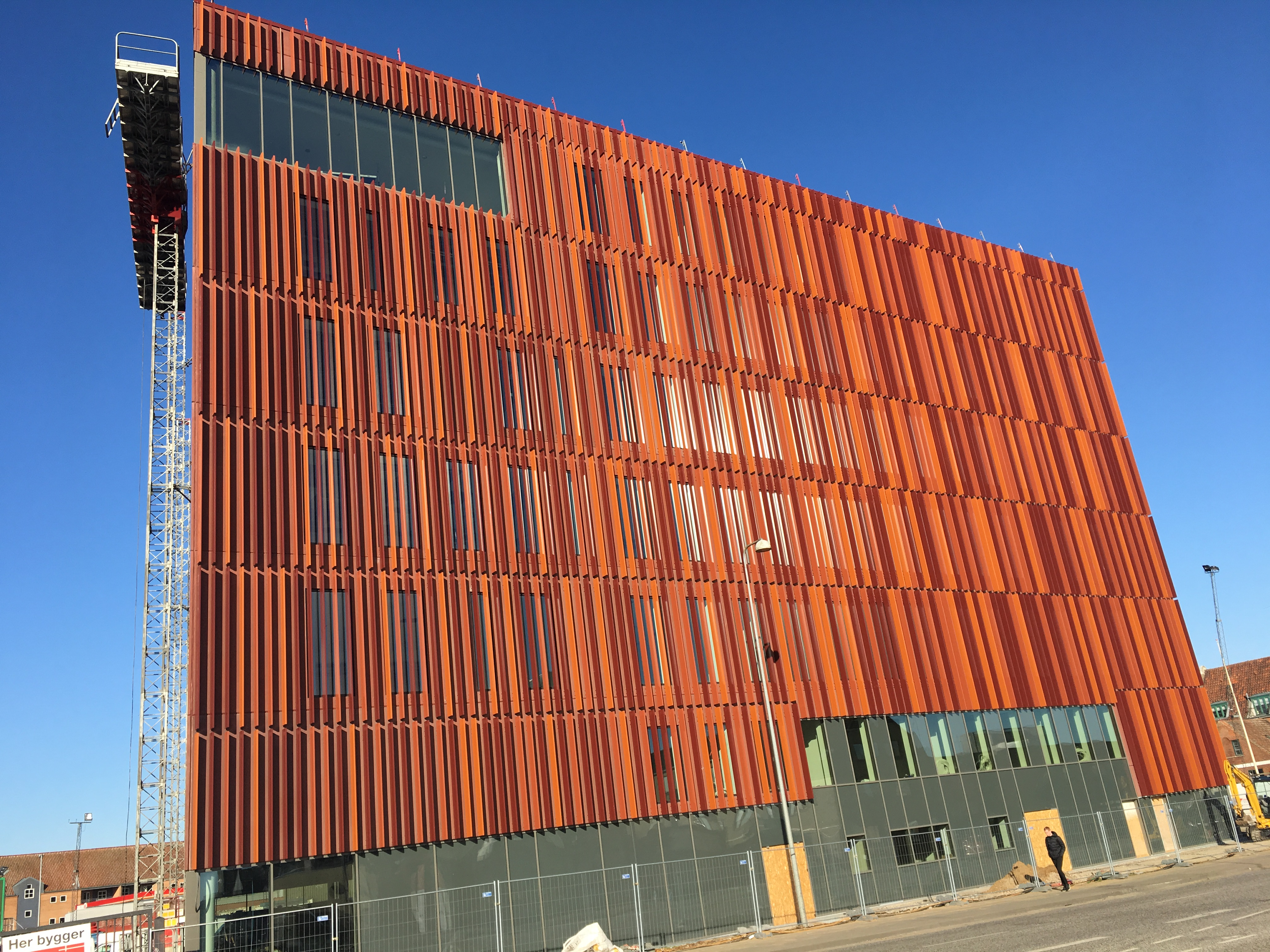 Stor Lamelafskærmning på nyt byggeri i Kolding - Building Supply DK JA-07