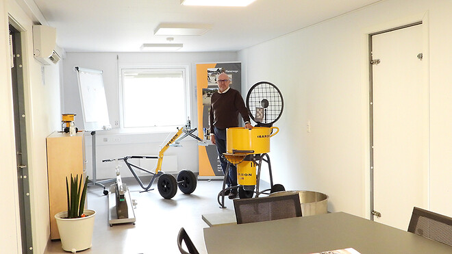 Carsten Filsø, adm. direktør i Baron A/S fotograferet i skurvognen, som nu er virksomhedens møde- og udstillingslokale.