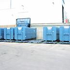 På gjenbruksstasjonen Højelt i Bøgebjergvei i stasjonsbyen Græsted i Gibskov kommune på Nord-Skjelland står en 29 tonn tung komprimator.