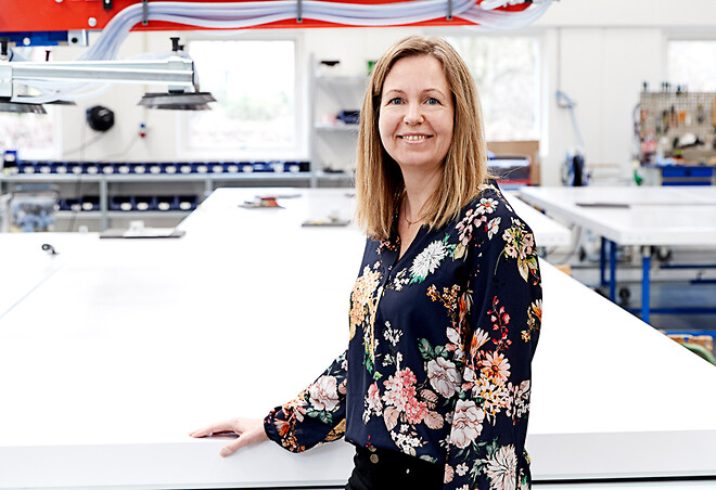 Brita Rosenbech, kvalitetschef hos Door System, ses her i produktionen.