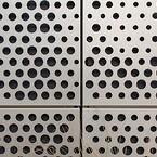 För projekt som omfattar installation av ett stort antal perforerade produkter krävs expertis och erfarenhet. Förutom tillverkning, anodisering och bildperforering ansvarade RMIG också för bockning och numrering av de 470 perforerade metallplåtarna för att göra dem redo för leverans