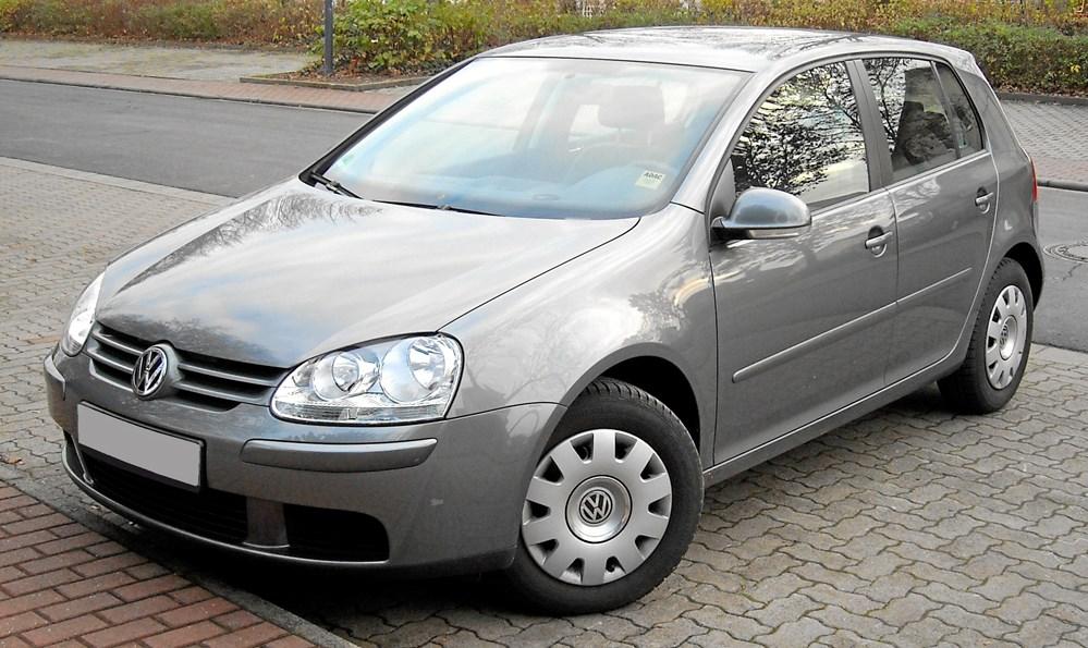 38d262bd459 Lig denne Volkswagen Golf fra midt 00'erne, er danske biler i gennemsnit ni  år gamle, hvilket placerer Danmark nogenlunde i midten sammenlignet med de  ...