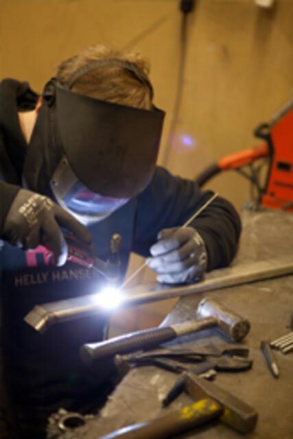 Hinnerup Maskinværksted tilbyder svejsning og fuldautomatisk savning og afkortning.