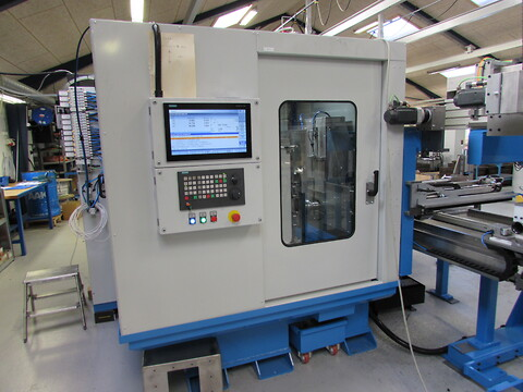 Akea EMC-serien - Fully automatic 3-Axis CNC End Milling Center , with two fixture and automatic handling system