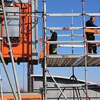 De to hejsmontører Mikael Rude Vagner og Martin Simonsen laver overgangen mellem hejs og stillads.